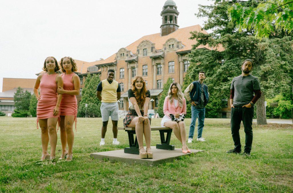 Photo Complètement Lycéée groupe d'acteurs devant l'école